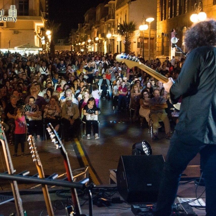 Riccardo Russo di spalle durante un concerto live